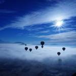 heißluftballons über den wolken