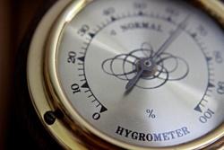 ein hygrometer my goldenem rand