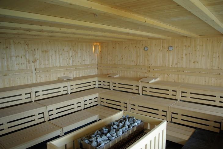 zwei hygrometer an der sauna-wand